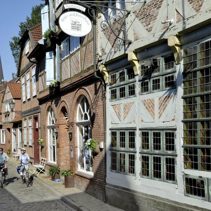 Radfahrer am Elberadweg in der historischen Fachwerk-Altstadt von Lauenburg/Elbe