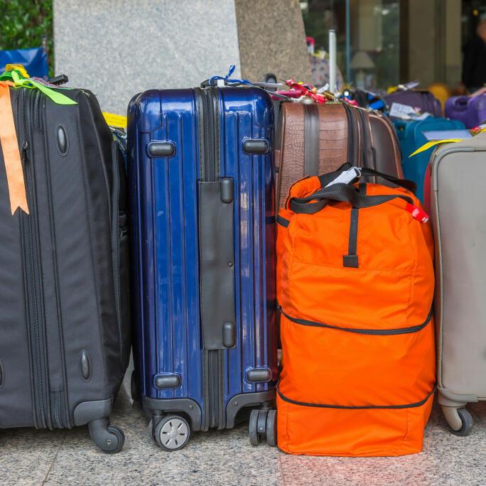 Viele Koffer warten auf den Gepäcktransporteur